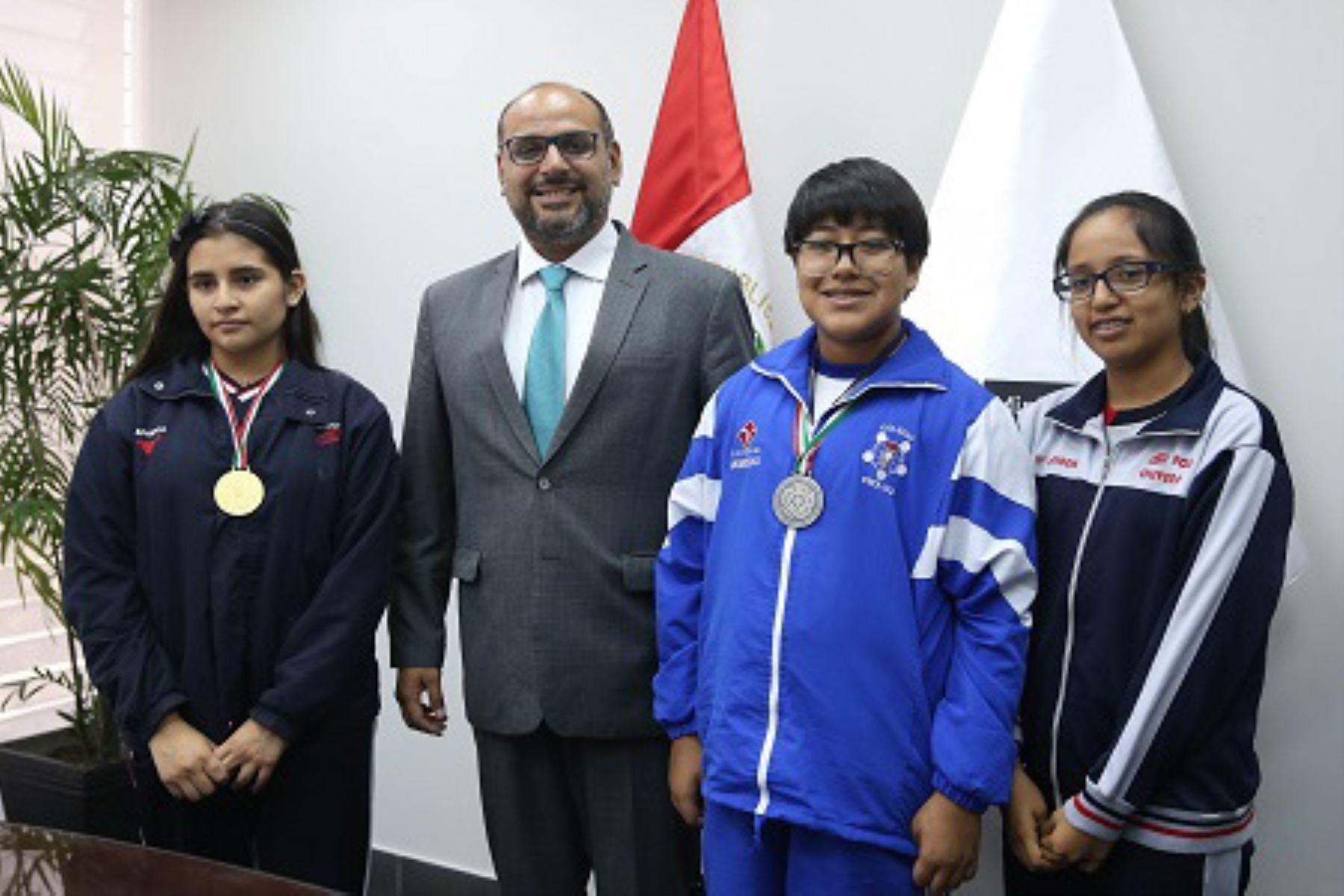 Minedu premió a escolares que ganaron medallas en olimpiada de matemática 1ebeba9be9681